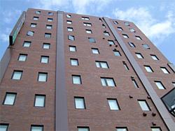 建物の外壁を縦断している大きな鉄板(補強プレート)で必要な耐力を確保します。
